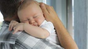 De babyzoon van de vaderholding thuis stock footage