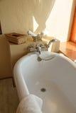 De badkamers in een Afrikaan brengt onder Stock Foto's
