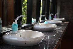 De badkamers heeft een handbassin, tapkraan, die vloeibare, uitstekende stijlachtergrond handwashing stock foto