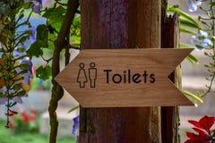 De badkamers, mannetje, houten toilet, toilet, wijfje, teken, symbool, deur, mensen, publiek, mannen, dame, ruimte, pictogram, ge stock fotografie