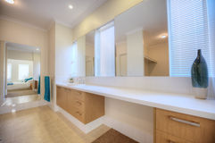 De badkamers van de luxe in modern huis stock foto