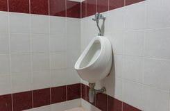 De badkamers van toiletmensen ` s een mens die plast bevinden zich stock afbeelding