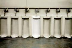 De badkamers van vuile mensen met één schoon urinoir Stock Foto's