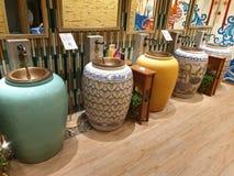 De badkamersgootstenen van mensen van geassorteerde vazen worden gemaakt die royalty-vrije stock afbeeldingen