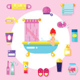 De badlevering, de hygiënetoebehoren, de schoonheidsmiddelen enz. met glimlachend meisje nemen een schuimbad Vlakke geplaatste on Stock Foto