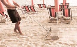 De badmeester begin de dag reinigt met het strand van het zeefzand Royalty-vrije Stock Afbeelding