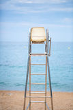 De badmeesterstoel op het strand Royalty-vrije Stock Afbeeldingen
