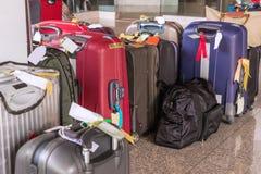 De bagage uit grote koffersrugzakken bestaan en de reis die doen in zakken Royalty-vrije Stock Afbeeldingen