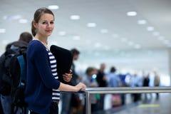 De bagage wint bij de luchthaven terug stock afbeeldingen