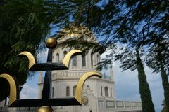 ` De Baha mim santuário e templo em Hafia como a cerca completamente vista do ferro do wroght Imagem de Stock