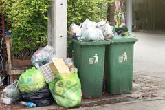 De bak, huisvuil is de stortplaats van stapelpartijen, velen het zwarte afval van huisvuil plastic zakken bij gang communautair d royalty-vrije stock fotografie