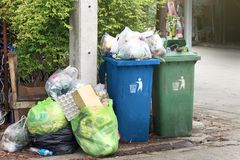 De bak, huisvuil is de stortplaats van stapelpartijen, velen het zwarte afval van huisvuil plastic zakken bij gang communautair d royalty-vrije stock foto's