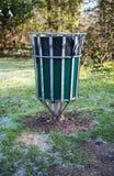 De bak van het afval in een park Stock Afbeelding