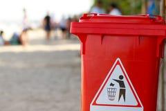 De bak van het afval op het strand Stock Foto's