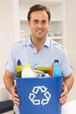 De Bak van het Afval van Recyling van de Holding van de mens thuis Royalty-vrije Stock Afbeeldingen