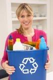 De Bak van het Afval van Recyling van de Holding van de vrouw thuis royalty-vrije stock foto