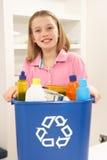 De Bak van het Afval van Recyling van de Holding van het meisje thuis stock fotografie
