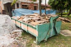 De bak van het bouwvuilnis met ladingen bij bouwwerf royalty-vrije stock foto's