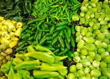 De Bakken van de Opslag van de kruidenierswinkel die met Spaanse pepers worden gevuld Stock Afbeeldingen