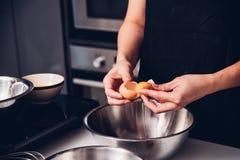 De bakker van het vrouwenmeisje in keuken het koken zwaait te werpen ei royalty-vrije stock fotografie