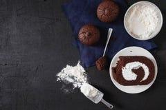 De bakkerij treft voorbereidingen voor maakt de cake van de Chocoladebrownie stock foto's