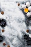 De bakselachtergrond met eieren, zwaait en speelt koekjessnijders mee Stock Afbeeldingen
