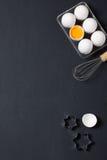 De bakselachtergrond met eieren, zwaait en speelt koekjessnijders mee Royalty-vrije Stock Afbeelding