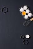 De bakselachtergrond met eieren, zwaait en speelt koekjessnijders mee Stock Afbeelding