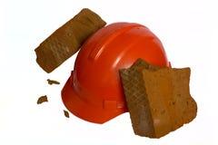 De baksteen is gebroken over een helm Royalty-vrije Stock Foto's