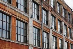 de baksteen oude bouw met vensters Royalty-vrije Stock Afbeelding