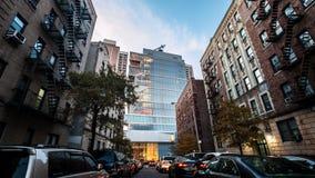 De baksteenbouw naast de Moderne Glasbouw in Manhattan Royalty-vrije Stock Foto