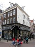 De baksteenhuizen en bycicles 0999 van Amsterdam stock foto's