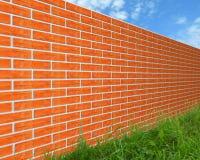 De bakstenen muur op het gras. Stock Foto