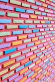 De bakstenen muur schilderde volledige kleur royalty-vrije stock fotografie