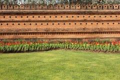De Bakstenen muur van de tuin Stock Afbeeldingen