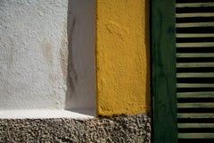 De bakstenen muur is wit en geel royalty-vrije stock foto