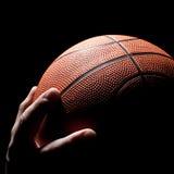 De bal aan het basketbal Royalty-vrije Stock Afbeeldingen
