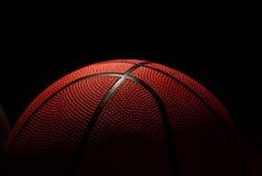 De bal aan het basketbal