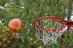 De bal bij basketbalhoepel die wordt geworpen Royalty-vrije Stock Foto