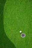 De bal bij het gat op de golfcursus Stock Afbeeldingen
