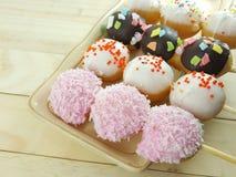 De bal donuts verspreidt zich over van kleurrijke suiker Royalty-vrije Stock Afbeeldingen