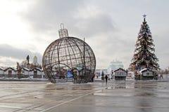 De bal en de boom van de Kerstmisstraat op Poklonnaya-Heuvel in Moskou Stock Foto's