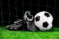 De bal en cleats van het voetbal stock fotografie