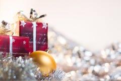 De bal en de giften van Kerstmis op lichte achtergrond Stock Foto's