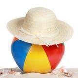 De bal en de hoed van het strand op strandzand Royalty-vrije Stock Foto