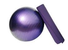 De bal en de mat van de yoga Royalty-vrije Stock Afbeeldingen
