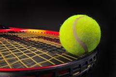 De bal en de racket van het tennis Stock Afbeeldingen