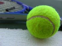 De bal en de racket van het tennis Stock Foto