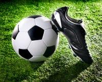 De bal en de schoenen van het voetbal royalty-vrije stock foto