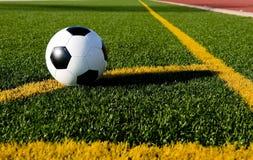 De bal en de voetbal van het voetbal op een gebied Stock Afbeelding